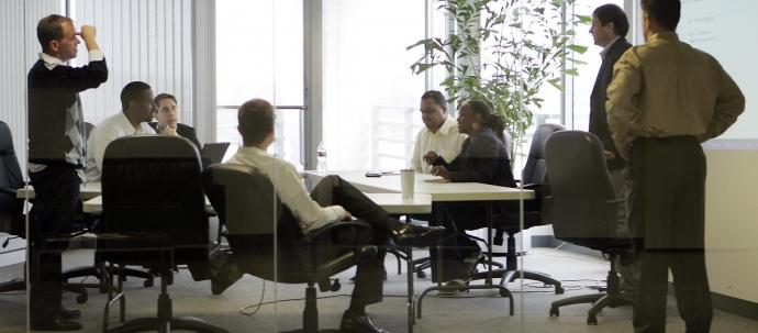 كيف يمكن إدارة وتنظيم عملية اتخاذ القرارات المعقدة؟
