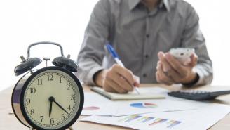 هل زيادة ساعات العمل يغني عن توظيف أفراد جدد؟