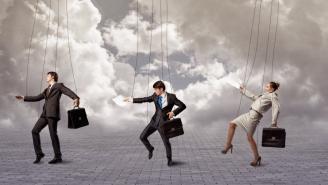 عشر طرق للتوقف عن إدارة فريق عملك بالتفصيل
